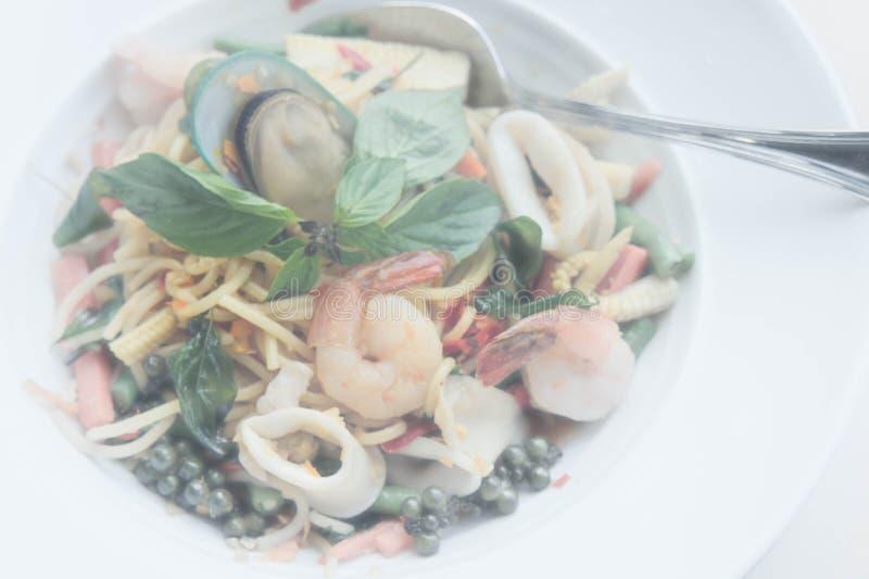 Mat för alkis för spagettihavsmat kryddig läcker thailändsk på vit D royaltyfri foto