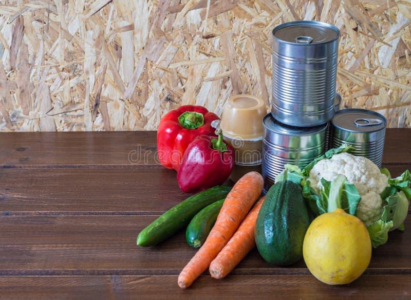 Mat för donation på den vita tabellen arkivfoton