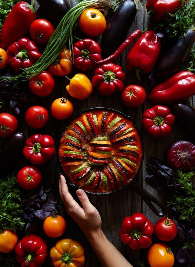 Mat för hemlagad ratatouille för grönsak fransk vegetarisk, i att steka järnpannan Blandad grönsakbakgrund fotografering för bildbyråer