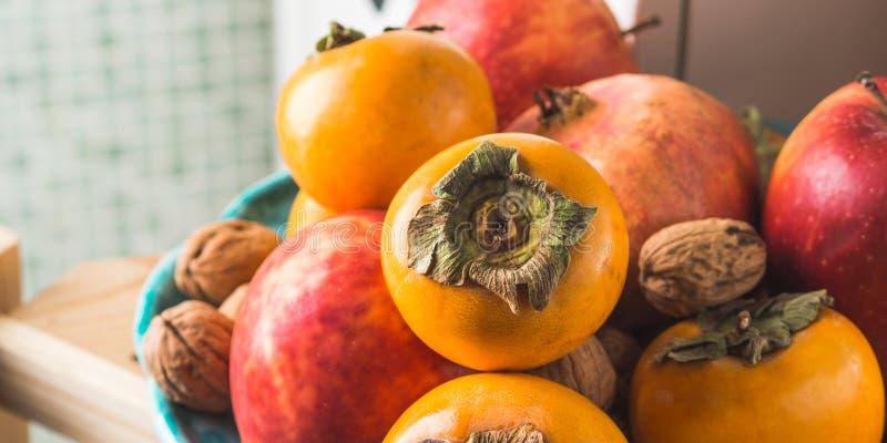Mat för ny frukt för höst i köket royaltyfri bild