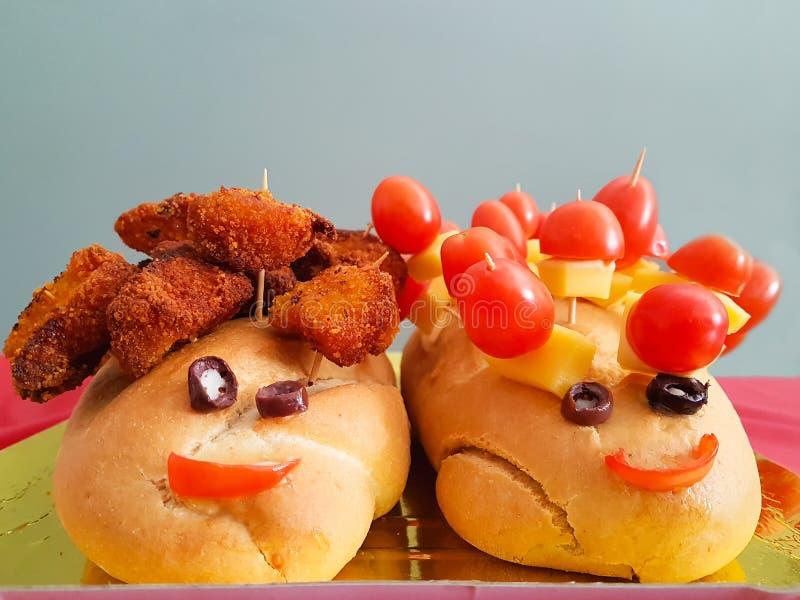 Mat för parti för unge` s med två bröd som ser som lycklig mänsklig framsida royaltyfri foto