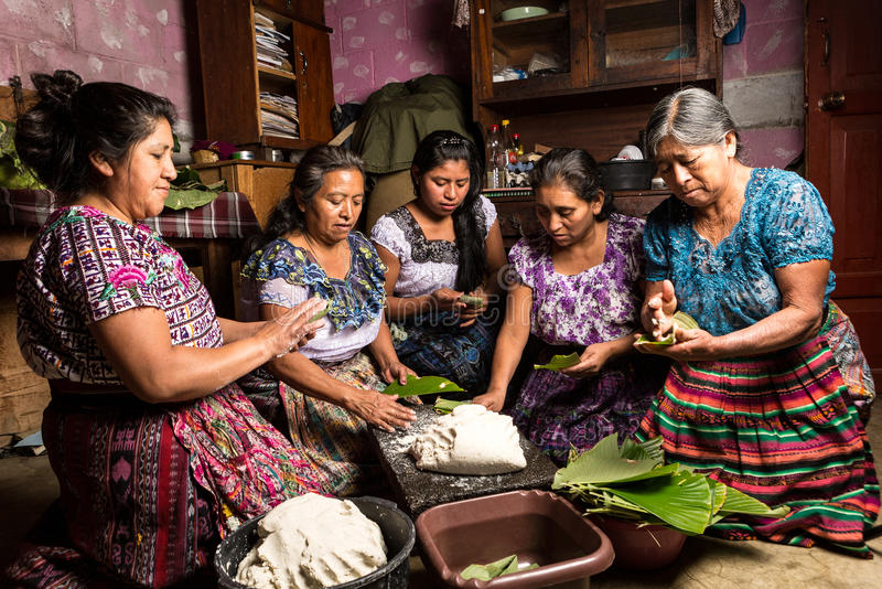 mat för preparin för tzutujilmayawomwn traditionell i Guatemala arkivbild