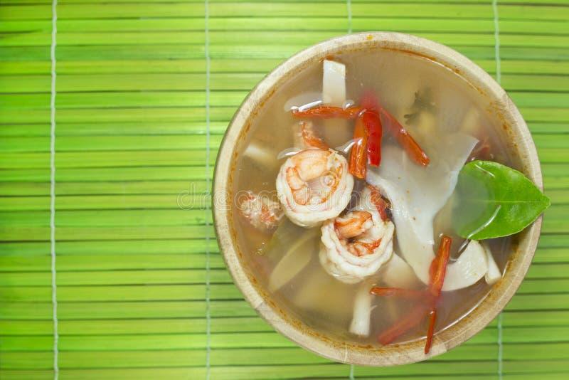 Mat för stil för Tom yum goong hemlagad thai med träkitchenware royaltyfri foto