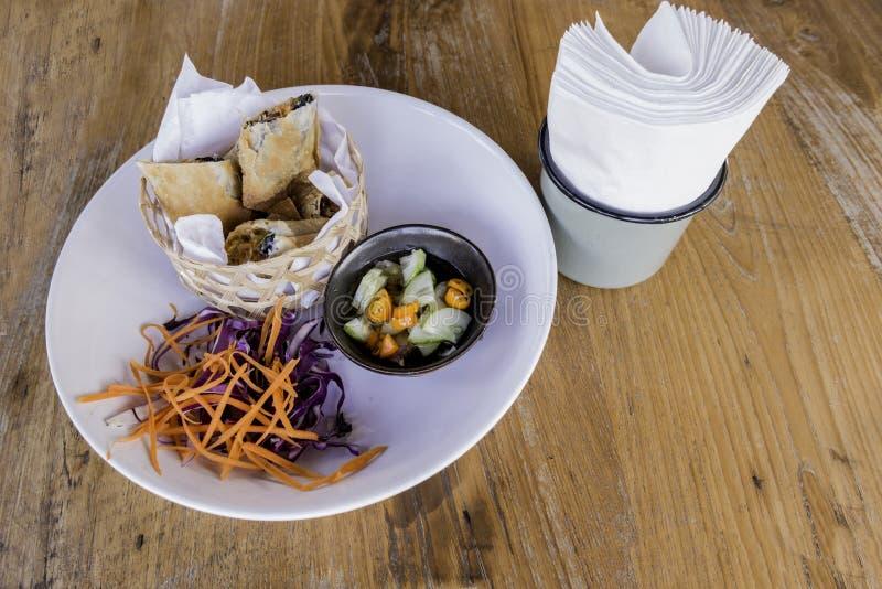 Mat för vårrullar arkivbild