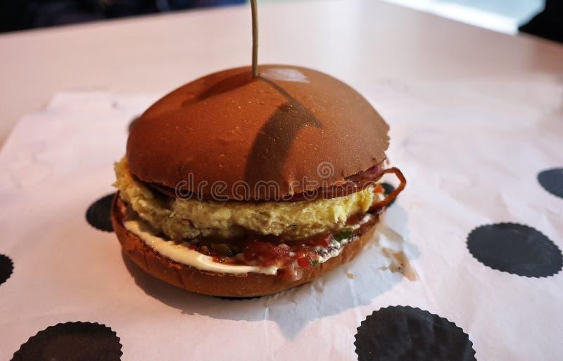 Mat - hamburgare i restaurangen arkivbilder