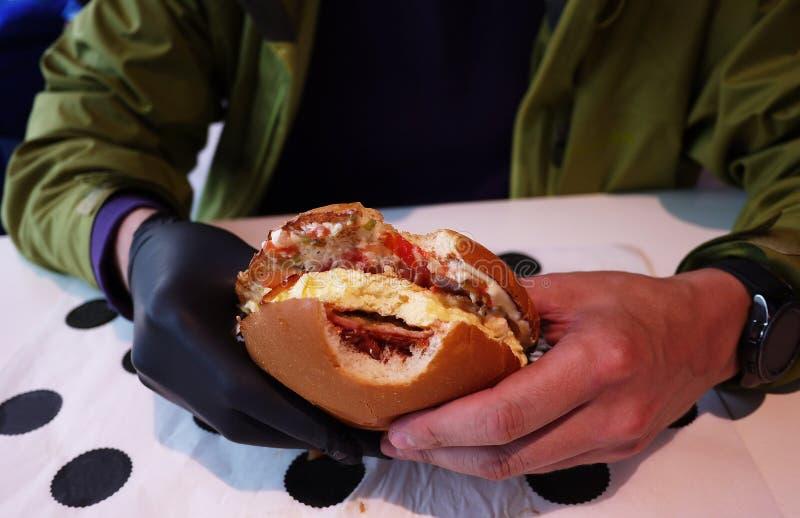 Mat - hamburgare i restaurangen arkivfoto