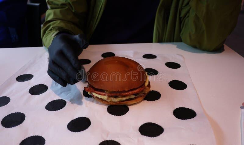 Mat - hamburgare i restaurangen royaltyfria bilder