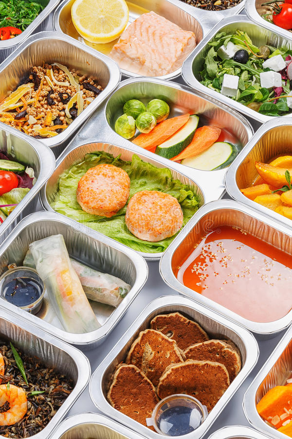 Mat i behållarna royaltyfria foton