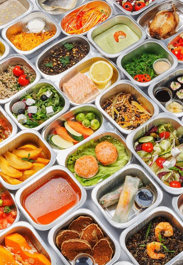 Mat i behållarna arkivfoton