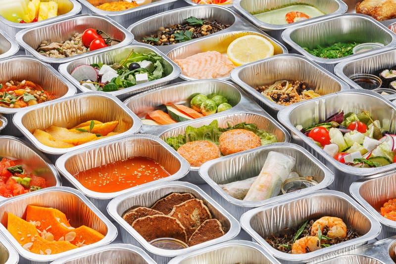Mat i behållarna arkivfoto