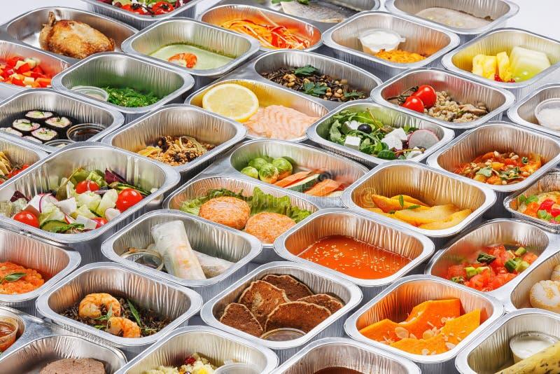 Mat i behållarna arkivbilder