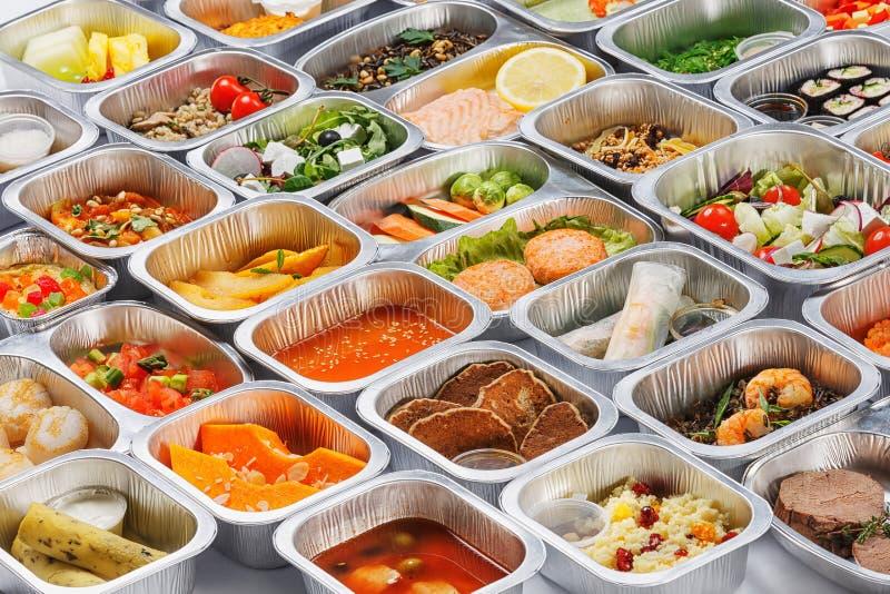 Mat i behållarna arkivbild