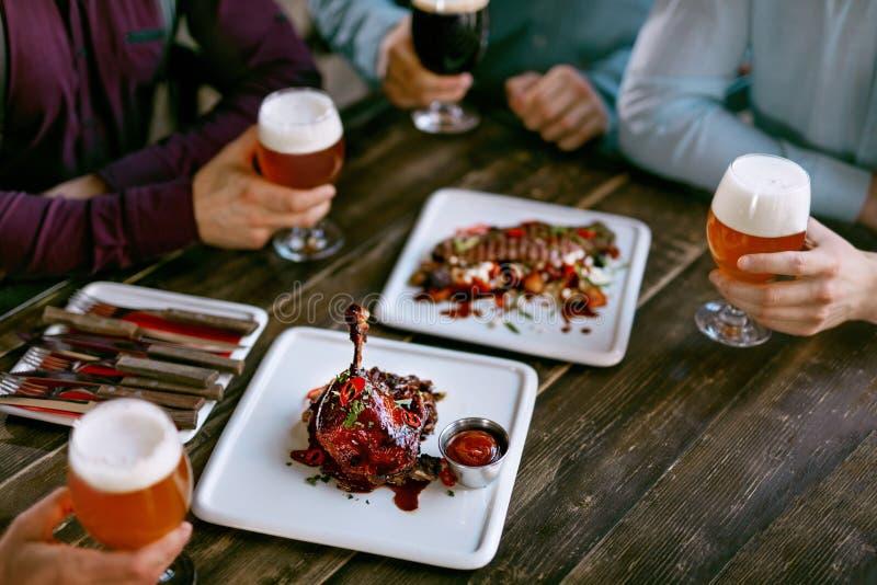 Mat i restaurang Kötträtter och öl på tabellen royaltyfri foto
