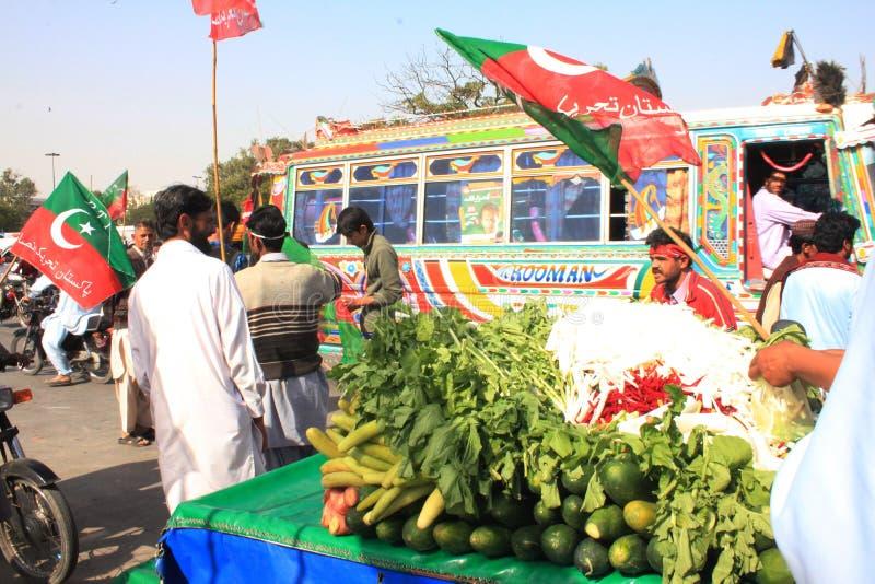 mat karachi utanför den pakistan ptien samlar gatan arkivfoto