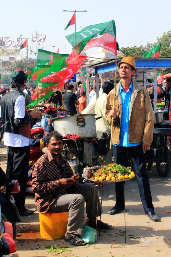 mat karachi utanför den pakistan ptien samlar gatan royaltyfri fotografi