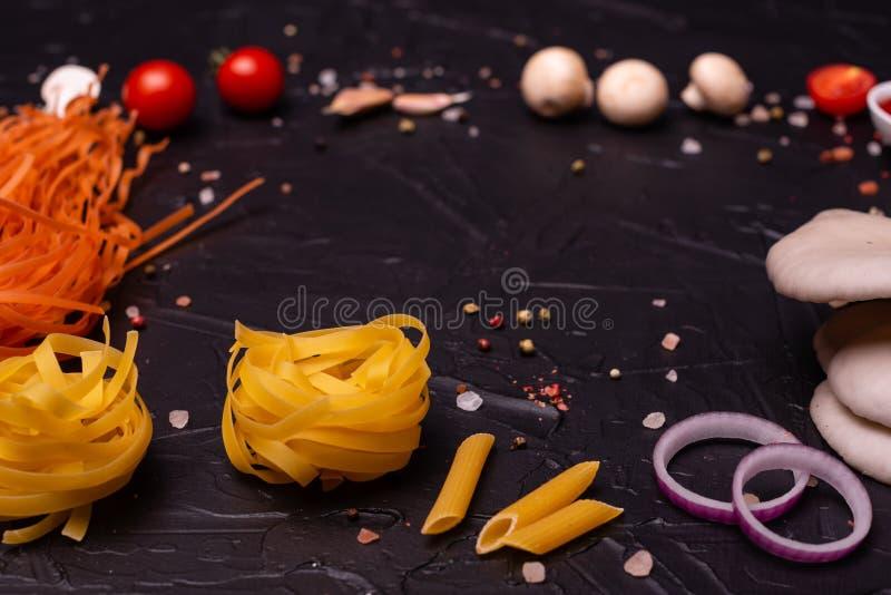 Mat makaroni, pasta, spagetti Sammansättning från pasta arkivfoto