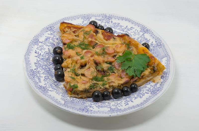 Mat nationell maträtt, pizza på en platta arkivfoto