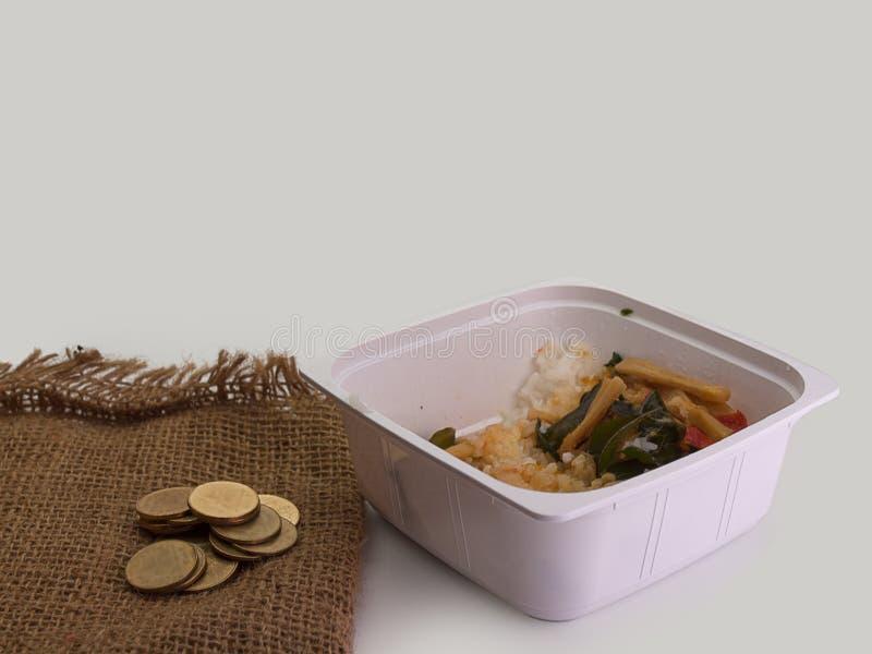 Mat och mynt, armod i avgångbegrepp royaltyfria bilder