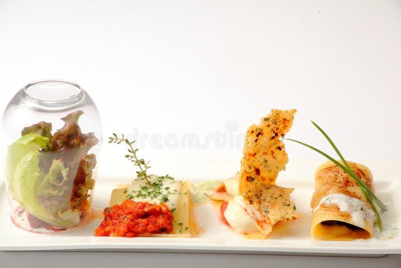 Mat och sallad på en vit platta för presentation royaltyfri foto