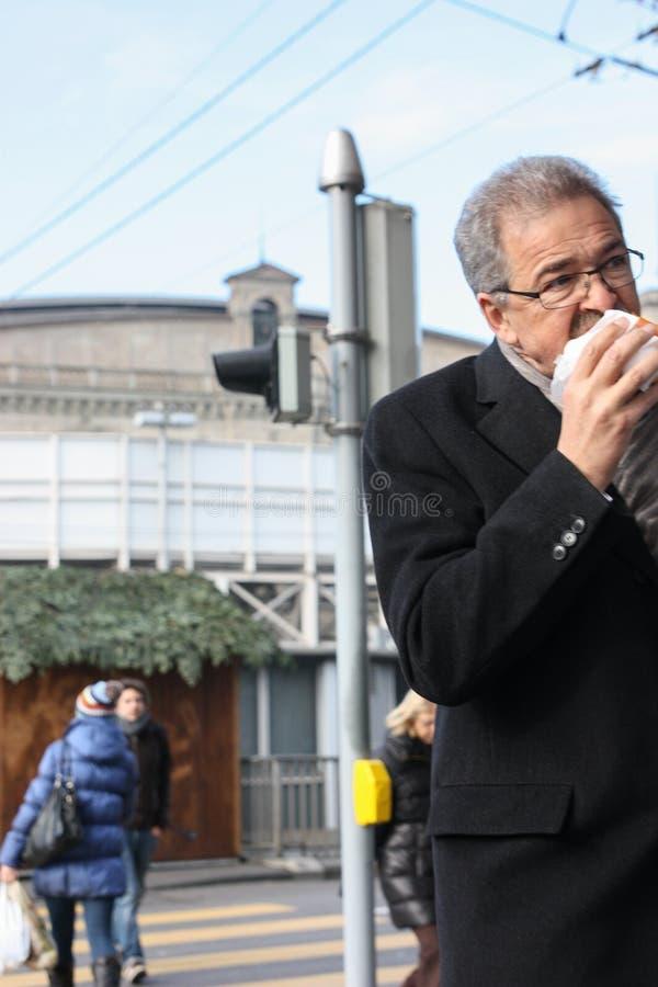 Mat på gå - gör skada till din hälsa royaltyfri foto