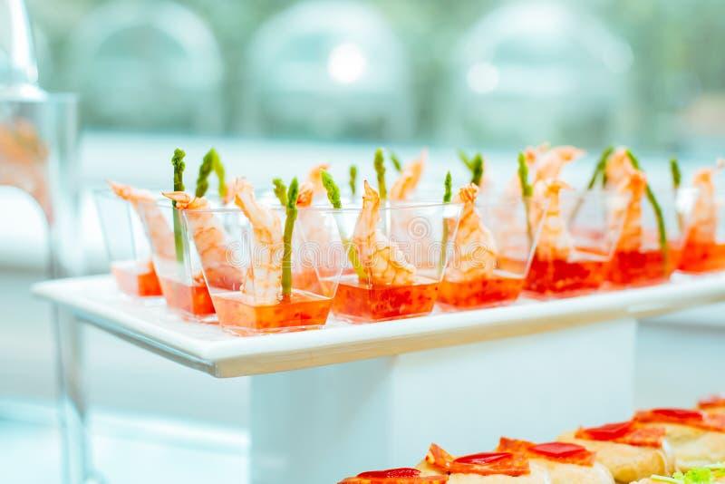 Mat på händelsen: disponibla plast- koppar med mellanmål fotografering för bildbyråer