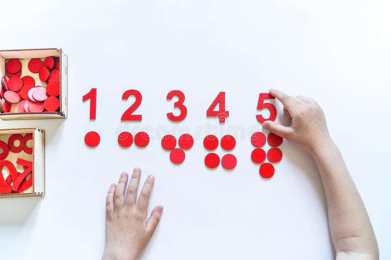 Mat?riel de Montessori Mains du `s d'enfants L'?tude des math?matiques photos libres de droits