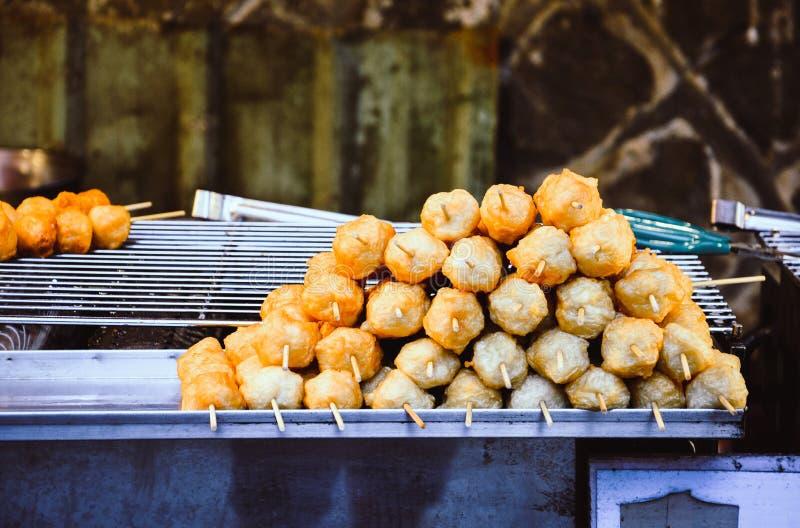 Mat stannar, gatamat på nattmarknaden som går gatan, hög av den djupa stekte räkabollen på trästeknålen arkivbilder