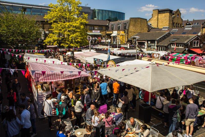 Mat stannar på Camden Market under dagen fotografering för bildbyråer