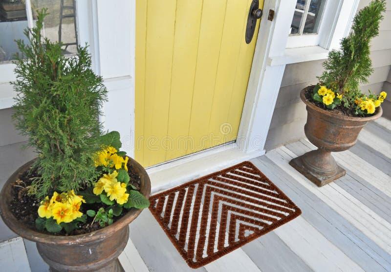 Mat van de de Schraperdeur van het visgraat de Openlucht/Binnencoir buiten huis met gele bloemen en bladeren royalty-vrije stock fotografie
