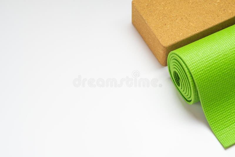 Mata i klocki jogi zielonej dla jogi, ćwiczenia Pilates w domu lub siłownia walcowane na białym tle Ćwiczenie jogi, relaks i zdjęcie stock