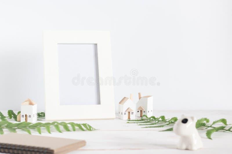 Mata para cima, quadro de Imagem Branca em Branco com folha de Fern e modelo de Casa Branca em Miniatura sobre fundo de pranchas b fotografia de stock royalty free