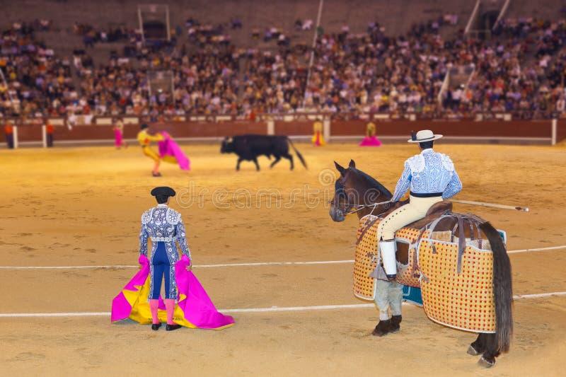 Matador y toro en tauromaquia en Madrid foto de archivo