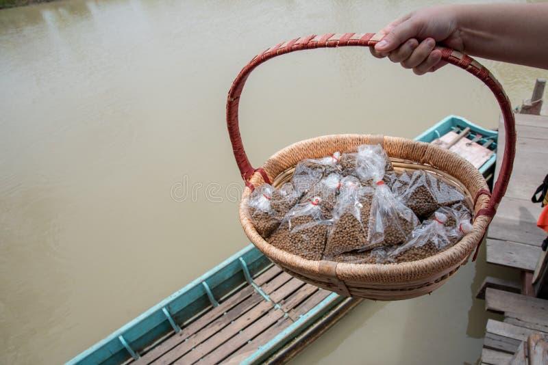 Matande fiskmat i trähink arkivfoton