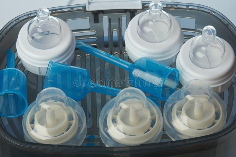 Matande plast- flasktillbehör arkivfoton