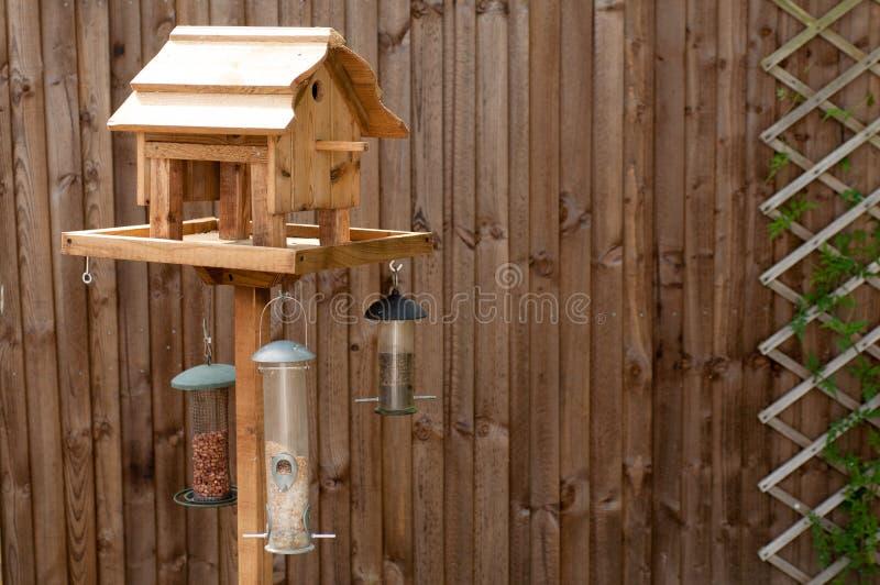 Download Matande Tabell För Fågel Mot Ett Trästaket Arkivfoto - Bild av sommar, snow: 27282832
