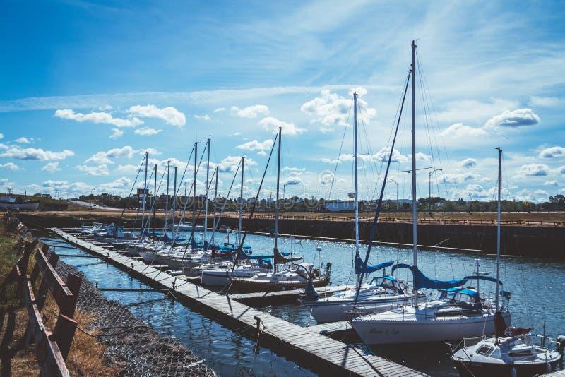 Matane游艇俱乐部小游艇船坞视图在夏天 免版税库存图片