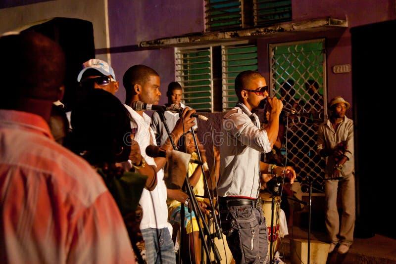 MATANZAS KUBA - DEC 12: Undifined kubanskt musikband som leker i stren royaltyfria foton