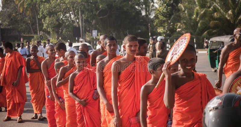 Matara, Sri Lanka, el 17 de enero: Los monjes budistas caminan en un peregrinaje a través de los monjes de Sri Lanka están partic fotografía de archivo libre de regalías