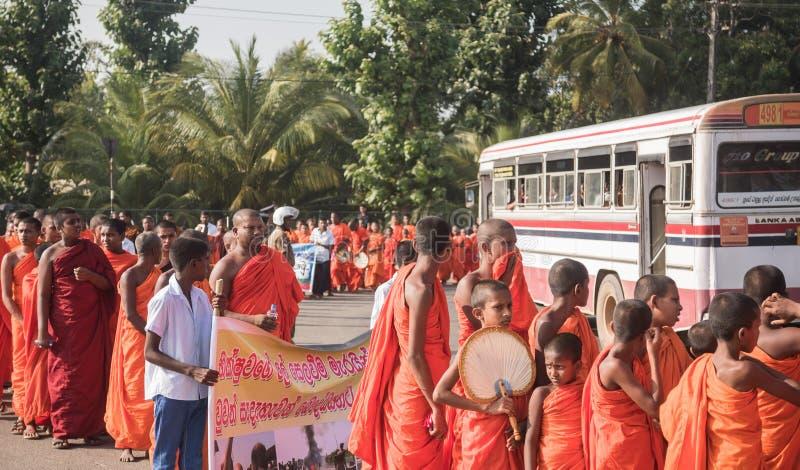 Matara, Sri Lanka, el 17 de enero: Los monjes budistas caminan en un peregrinaje a través de los monjes de Sri Lanka están partic fotografía de archivo