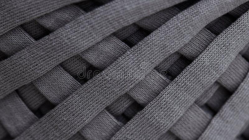 Matassa del primo piano tricottato grigio del filato il modello di struttura del fondo di macrofotografia tesse il tessuto di tes immagine stock libera da diritti