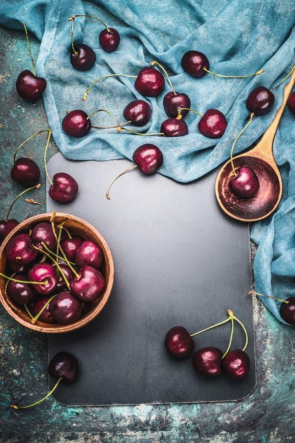 Matbakgrund för körsbärsröda bärrecept med matlagningskeden och servetten, bästa sikt royaltyfri foto