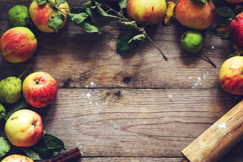 Matbakgrund, nedgångbegrepp: äpplen och pärongräns arkivfoton