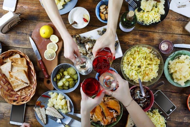 Matbegreppsvänner på en matställetabell med olik mat Påsk jul, födelsedag, tacksägelse Gemensamt rostat bröd och slag med a royaltyfria foton