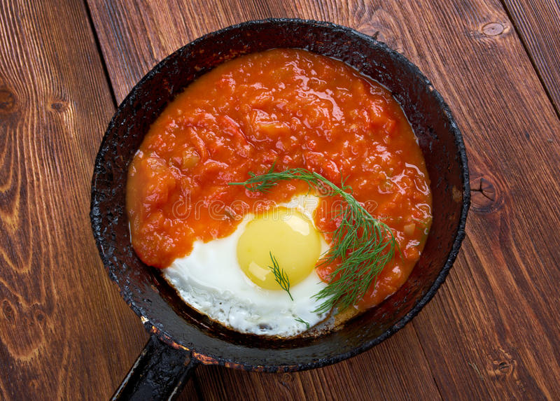 Matbucha ed uova rimescolate fotografia stock