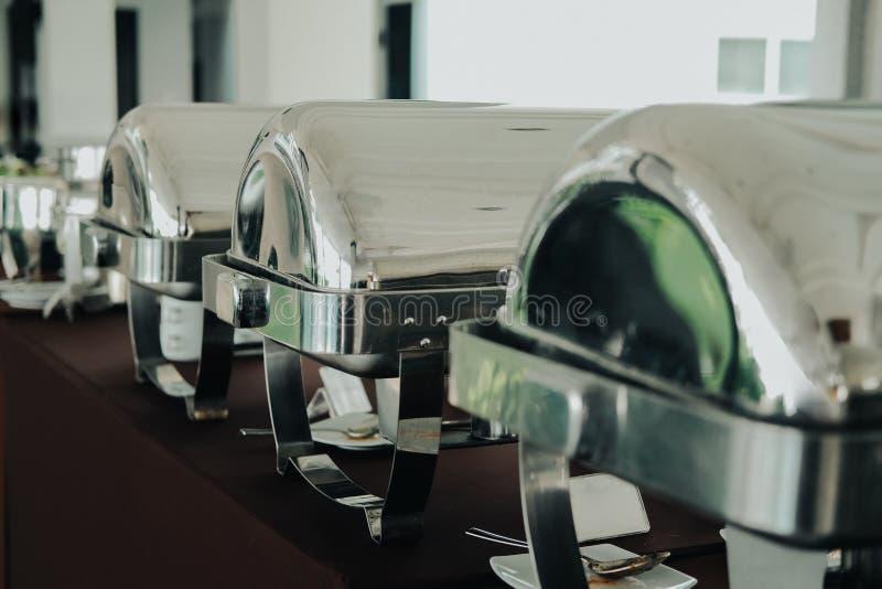 Matbuffé som sköter om i restaurangen för att äta som äter middag begrepp på händelsen för bankett för bröllopparti royaltyfri bild