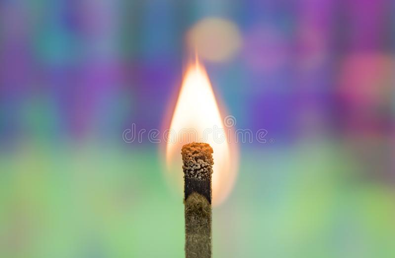 Match brûlant avec le fond d'arc-en-ciel photo libre de droits