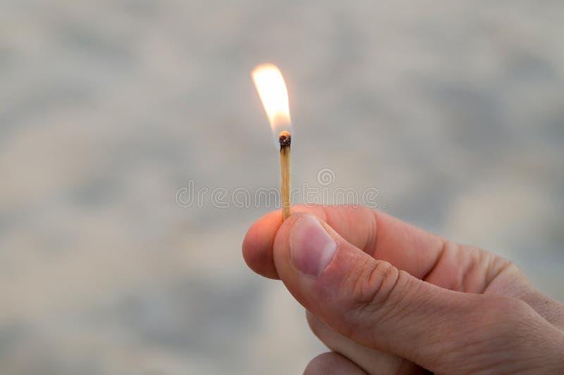 Match brûlant dans la main droite photographie stock libre de droits