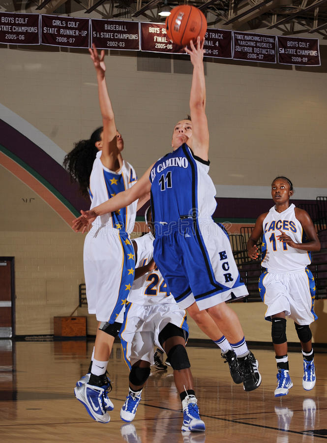 Match de basket de filles de lycée photographie stock