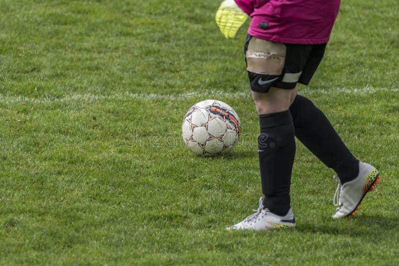 Match de football femelle dans le jour ensoleillé images libres de droits