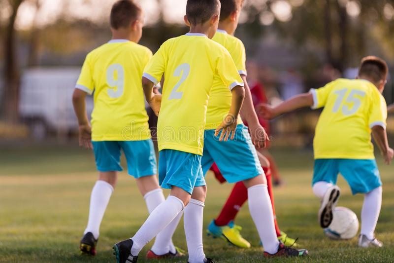 Match de football de joueurs d'enfants en bas âge sur le terrain de football photo libre de droits